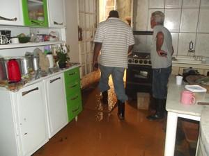 A cozinha da casa da Lrdes Catarina ficou tomada de barro. Vários eletrodomésticos e móveis ficaram perdidos. (Foto: Patrícia Belo/G1)