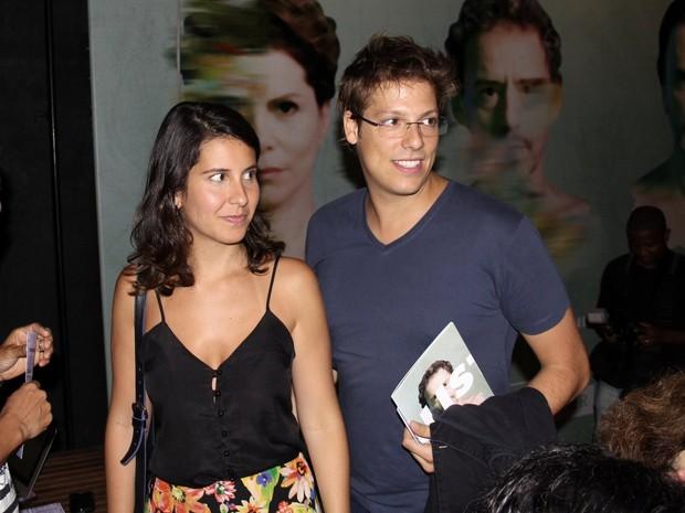 Fábio Porchat e a namorada, Nataly Mega, em estreia de peça na Zona Sul do Rio (Foto: Alex Palarea/ Ag. News)