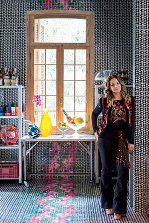 A estilista Adriana Barra em sua loja homônima nos Jardins, que tem, além de roupas, peças para a casa (Foto: Lufe Gomes/Casa e Jardim)