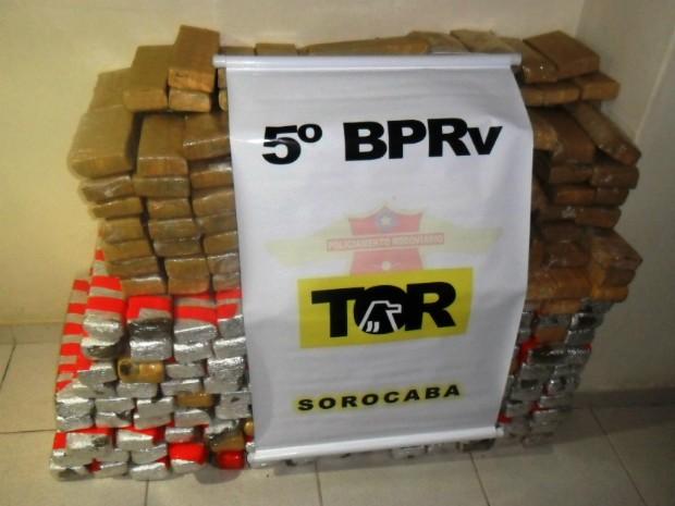 Tijolos estavam escondidos em um caminhão carregado com carnes (Foto: Divulgação / Polícia Militar Rodoviária de Avaré)