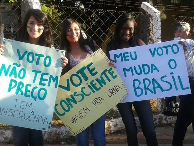 Veteranos e calouros alertaram população sobre importância do voto (Foto: Divulgação/Centro Acadêmico de Engenharia UFG)