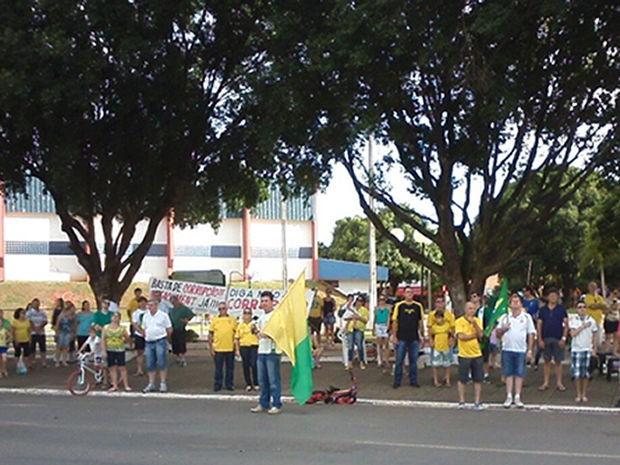 Manifestantes se reuniram na Praça das Fontes, na tarde deste domingo. (Foto: Assessoria/Organização)