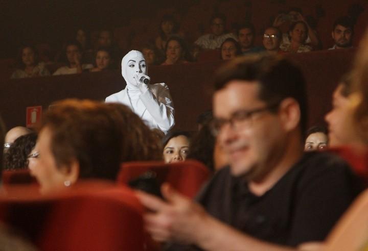 O espetáculo acontece no palco e no meio da plateia (Foto: Osmar Rios)