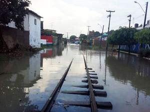 Riacho do Silva transbordou durante a madrugada e devido à situação trens e VLT's estão impossibilitados de passar no local (Foto: André Feijó/TV Gazeta)