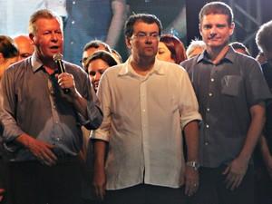 Artur Neto, Eduardo Braga e Marcos Rotta subiram ao palco para oficializar a candidatura do atual prefeito de Manaus (Foto: Gabriel Machado/G1AM)