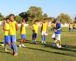 Max Sandro dá conselhos em treino pesado (Foto: Nelio Soares/GloboEsporte.com)