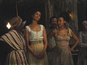 Isabel e Berenice assistem à luta (Foto: Lado a Lado/TV Globo)