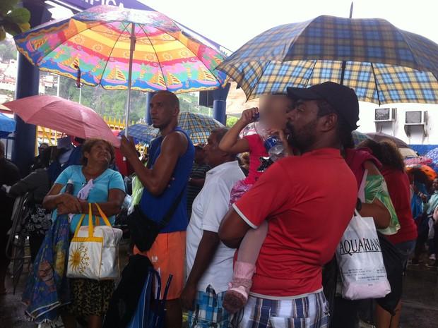 Mesmo com chuva, pessoas aguardam na fila prioritária (Foto: Isabela Marinho/ G1)