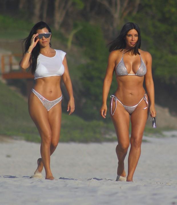 Kourtney e Kim Kardashian (Foto: The Grosby Group)