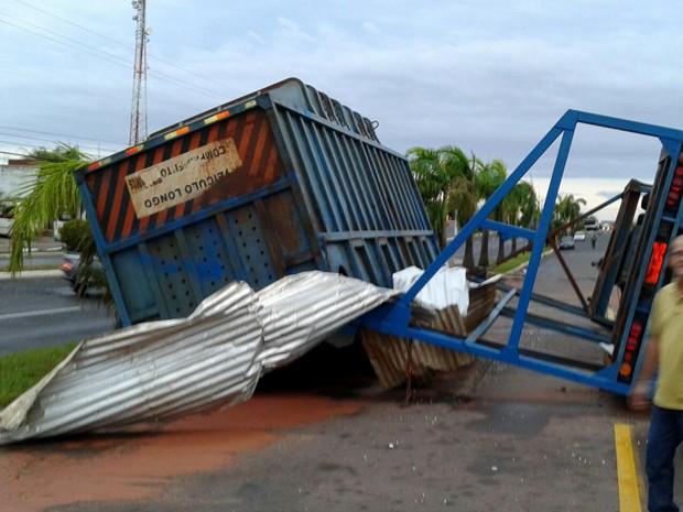 Caminhão tombou na tarde desta quinta (10) (Foto: Corpo de Bombeiros/Cedida)