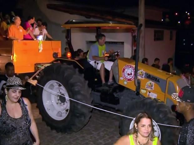 Foliões seguem trator em bloco tradicional de Brazópolis, MG (Foto: Reprodução EPTV)