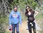 Anne Hathaway exibe barrigão de grávida em passeio com o marido