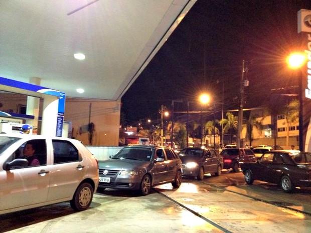 Posto de combustível lotado em Rio Branco (Foto: Veriana Ribeiro/G1)