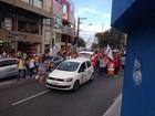 Professores protestam e param trânsito no centro de Cabo Frio, RJ