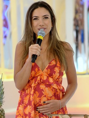 No palco do programa 'Domingo Legal', Patrícia confirmou estar grávida pela primeira vez (Foto: Francisco Cepeda/AgNews)