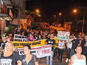Em manifestação, professores e funcionários de escolas percorreram principais ruas do Centro de Rio Branco (Foto: Caio Fulgêncio/G1)