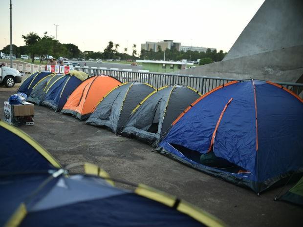 Acampamento de grupos contrários ao impeachment em frente ao ginásio Nilson Nelson, em Brasília (Foto: Andre Borges/GDF)