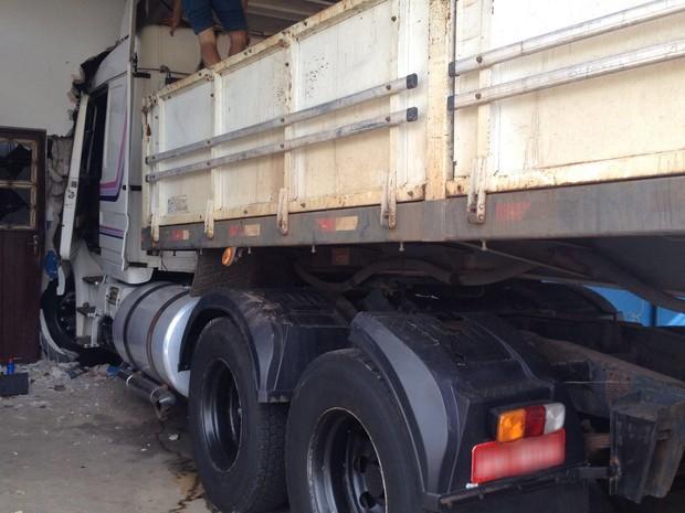 O veículo estava sem carga. Acidente aconteceu no Parque Shiraiwa (Foto: Wellington Roberto/G1)
