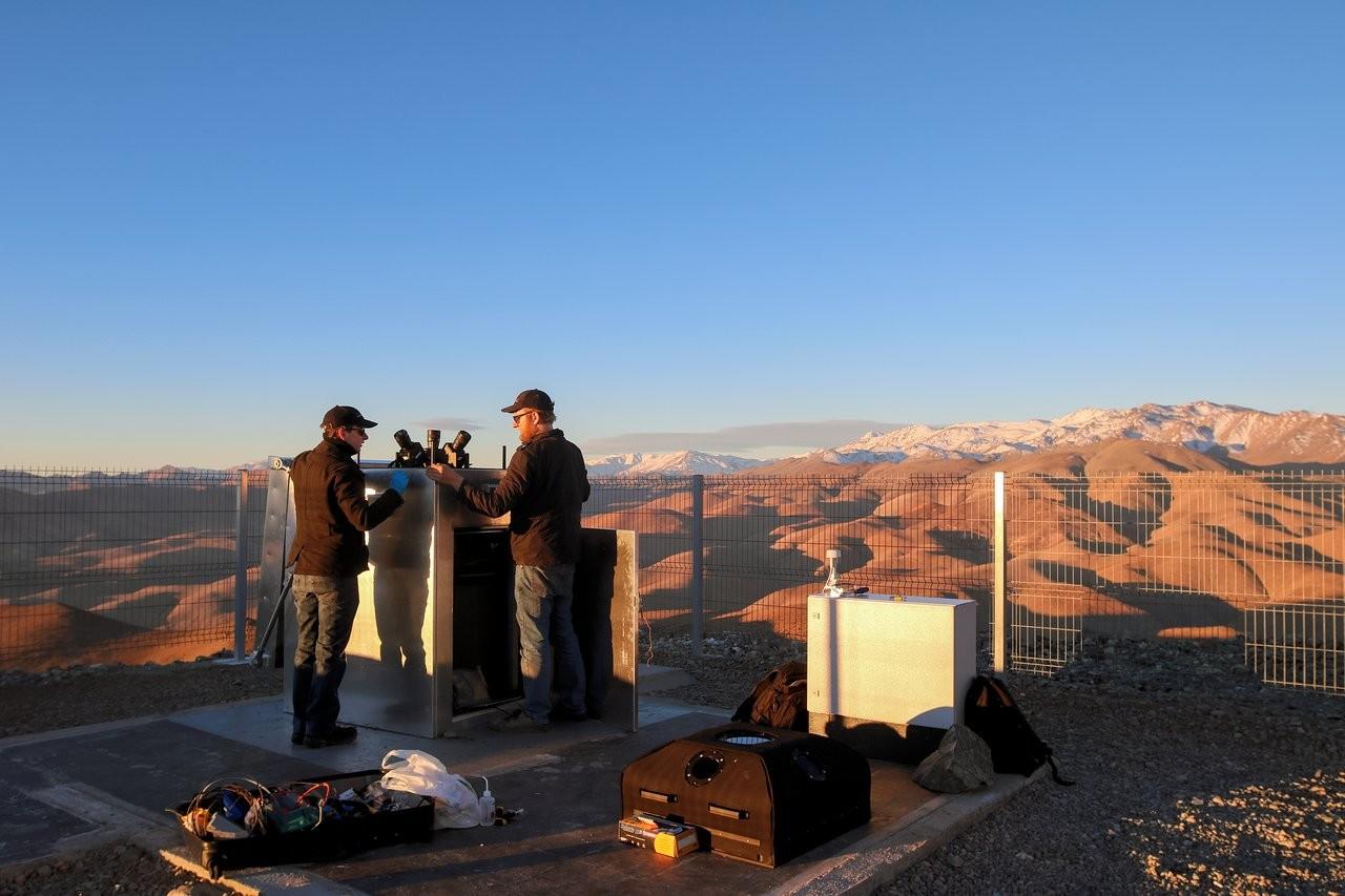 Astrônomos do ESO fazem ajustes no instrumento MASCARA, caçador de exoplanetas (Foto: ESO/G. Otten and G. J. Talens)