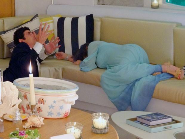 Roberta desmaia durante o encontro com Nando e o romantismo passa longe... (Foto: Guerra dos Sexos / TV Globo)