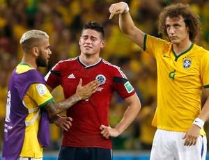Daniel Alves david luiz Brasil e James rodriguez Colombia Arena Castelão (Foto: Agência Reuters)