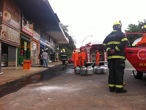 Bombeiros tentam controlar incêndio em bar e restaurante na 407 Sul (Foto: Felipe Néri/G1 DF)