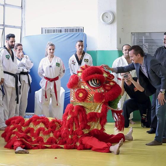 Russomanno em visita a uma academia.Com pouca alianças ele tem menos tempo de TV (Foto: Ricardo Nogueira/ÉPOCA)