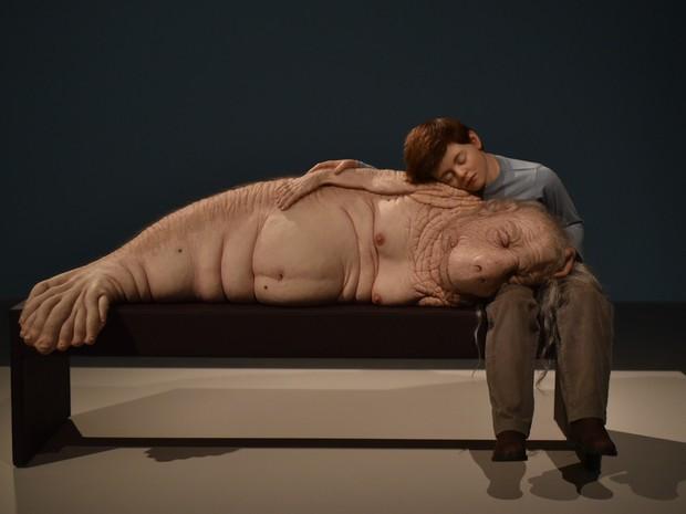 """Obra """"The Long Awaited"""" (2008) é uma das esculturas hiper-realistas da mostra (Foto: Alexandre Bastos/G1)"""