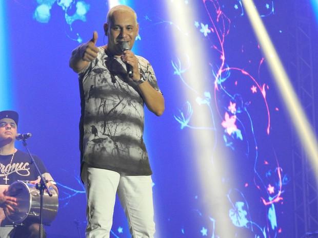Chrigor acena para fãs durante o show, em Manaus (Foto: Indiara Bessa/G1 AM)