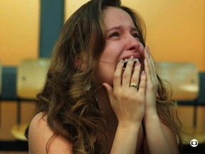 Amanda de Godoi em cena da morte do personagem Filipe (Foto: Reprodução/TV Globo)