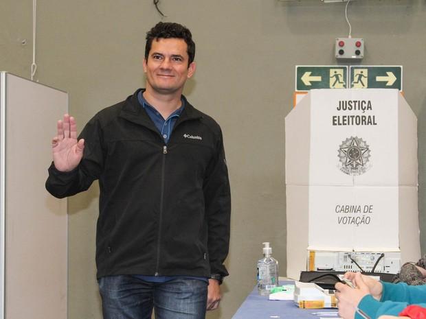 O juiz federal Sérgio Moro acena durante votação para prefeito no Clube Duque de Caxias em Curitiba (PR) (Foto: Rodrigo Félix Leal/Futura Press/Estadão Conteúdo)