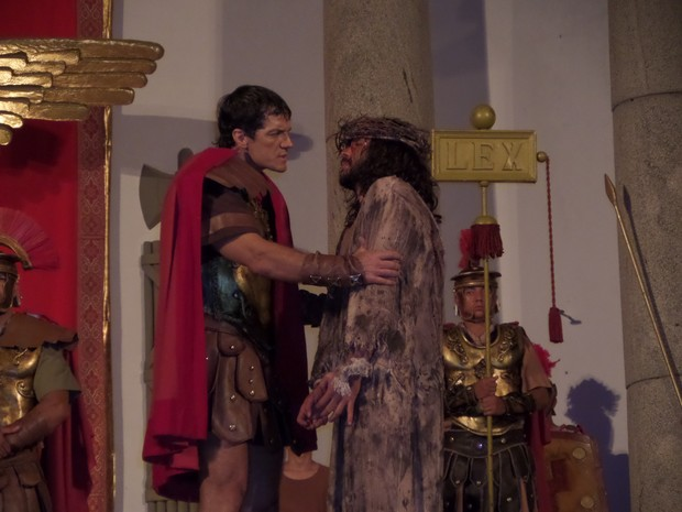 José Barbosa vive Jesus Cristo pela terceira vez; Carlos Machado é Pilatos (Foto: Jaqueline Almeida/ G1)
