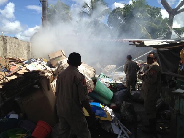 Corpo de Bombeiros registra princípio de incêndio após queda de fio elétrico sobre materiais recicláveis (Foto: Walter Paparazzo/G1)