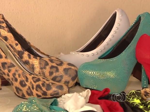 Capas podem ser usadas em diversos modelos de sapato (Foto  Reprodução TV  Anhanguera 9e59b4b888fe9