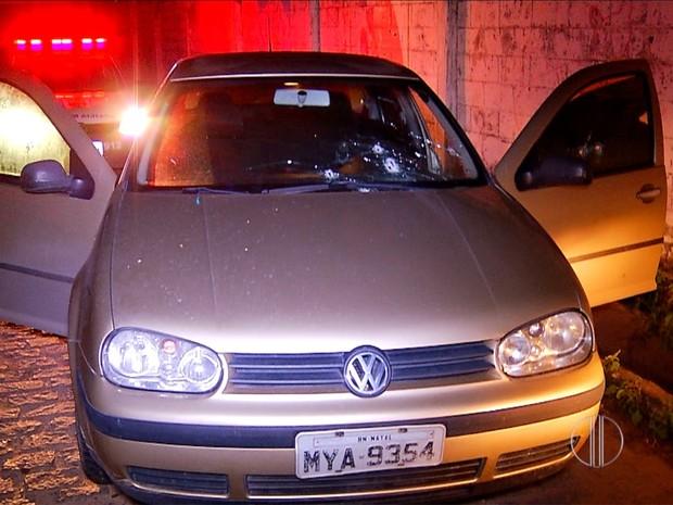 Carro de PM baleado ficou danificado após troca de tiros (Foto: Reprodução/Inter TV Cabugi)