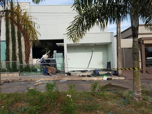 PM procura suspeitos de explodirem caixa eletrônico em Pratinha (Foto: Raphael Rios/G1)