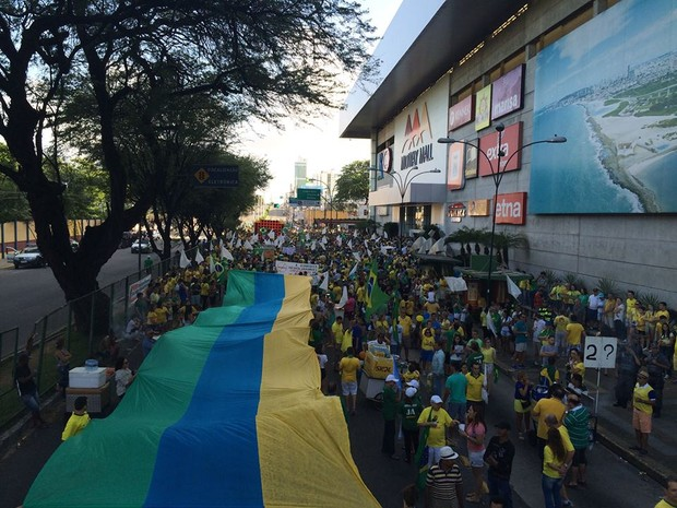 Manifestantes continuam se concentrando em frente ao Midway Mall, no bairro do Tirol, na Zona Leste de Natal (Foto: Renato Vasconcelos/G1)