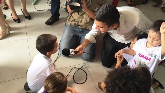 Crianças do Bairro da Juventude receberam os presentes  (Foto: RBS TV/Divulgação)