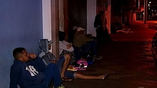 Trabalhadores passam a noite em fila por seguro-desemprego em Uberaba