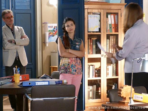 Diretora avisa que Amaralina terá que faezr um teste (Foto: Flor do Caribe / TV Globo)