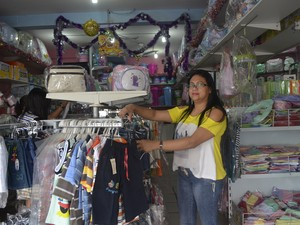 Lene Morais, de 34 anos, contabiliza prejuísos nas vendas (Foto: Dyepeson Martins/G1)