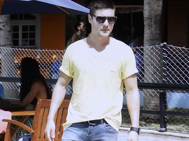 Gustavo reclama que Emerson está na piscina e expulsa o rapaz (Foto: TV Globo)