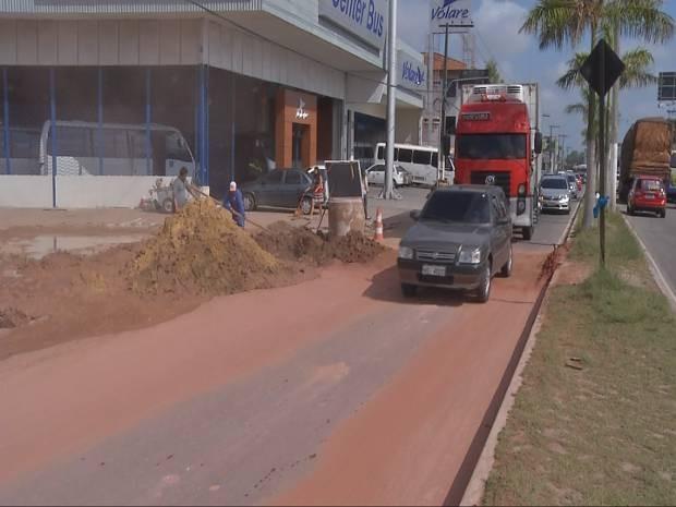 Rompimento de adutora provocou erosão em parte da pista da rodovia Mário Covas, em Ananindeua, deixando o trânsito lento nesta segunda (22). (Foto: Reprodução/Tv Liberal)