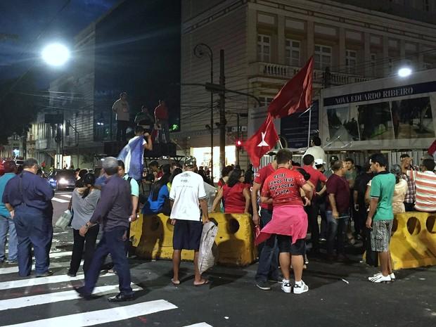 Membros de movimentos sociais protestaram a favor do ex-presidente  (Foto: Sérgio Rodrigues/G1 AM)