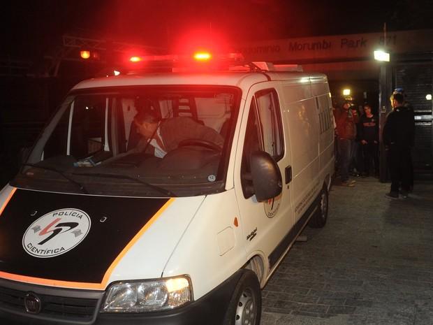 Veículo do IML leva o corpo de Champignon (Foto: Francisco Cepeda/ Ag. News)