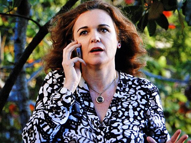 Solange avisa que fugiu da mansão com Amparo (Foto: Amor Eterno Amor/TV Globo)