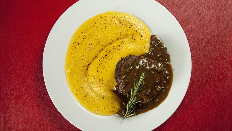 O Le Bou Bistrô, no Itaim Bibi, preparou para o menu do jantar o Steak au Poivre, preparado com molho poivre com base de pimenta verde, purê de mandioquinha e queijo orgânico gratinado em duas texturas (Foto: Luís Simione)