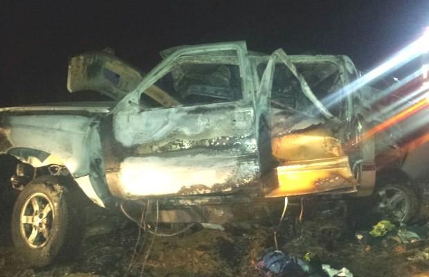 Após batida, veículos pegaram fogo na BR-070, em Montes Claros de Goiás (Foto: Divulgação/ PRF)