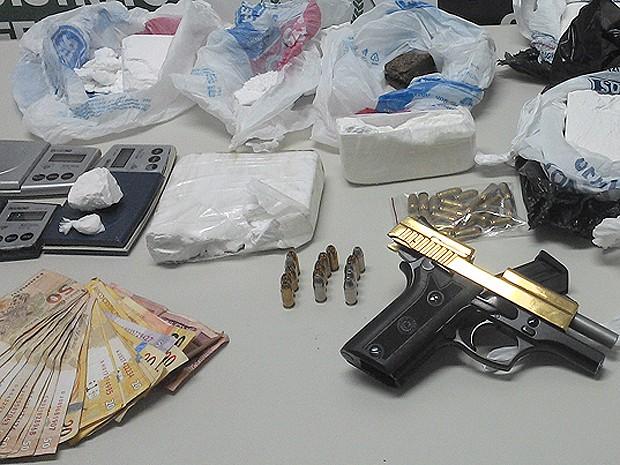 Porções de droga, dinheiro e arma banhada a ouro apreendidos com suspeito de tráfico de drogas que levava vida de luxo no DF (Foto: Polícia Civil/Divulgação)