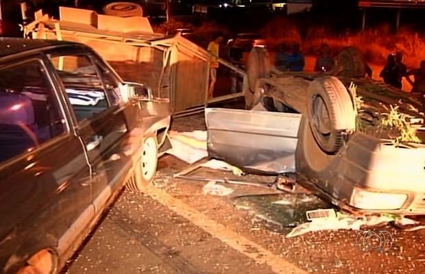 Motorista perdeu o controle do carro, atravessou a pista e colidiu contra carro na BR-060, em Goiás (Foto: Reprodução/ TV Anhanguera)